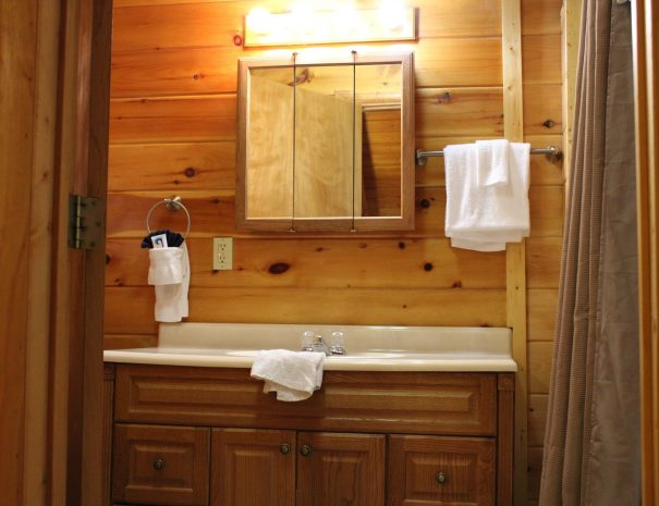 Pillow Rock Cabin Upstairs Bathroom